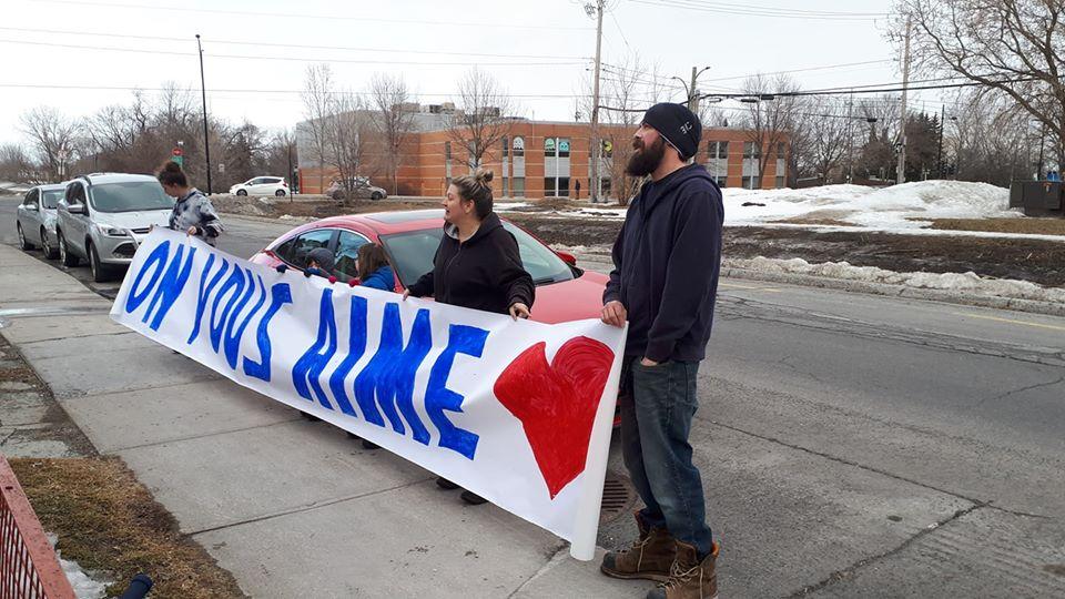 Solidaires, Stéphanie Brunet et sa famille sont allés dérouler une banderole pour dire à ses parents, confinés car vulnérables face à l'épidémie de coronavirus « On vous aime ».