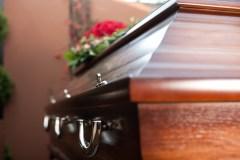 À cause du coronavirus, les funérailles se compliquent, le deuil aussi