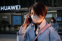 Pompeo espère que la crise du coronavirus poussera d'autres pays à rejeter Huawei