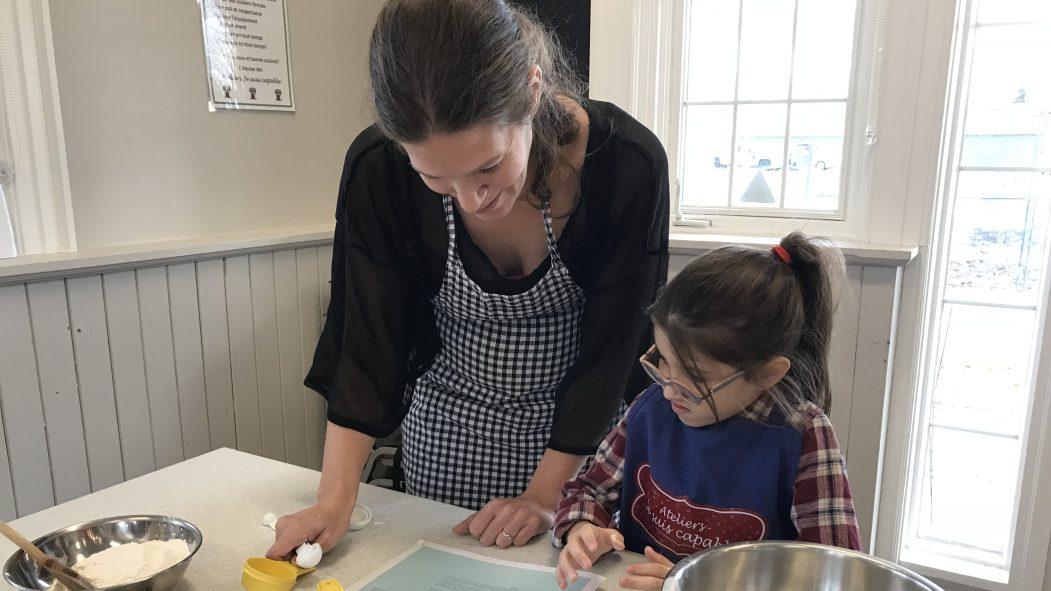 Une mère qui cuisine avec son enfant