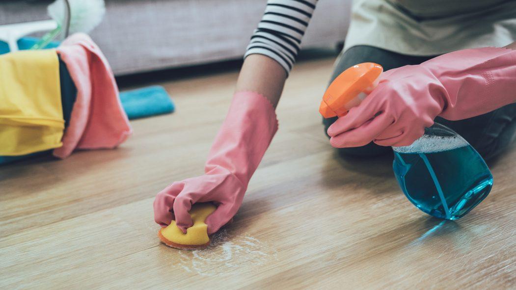 Une travailleuse en entretien ménager demande un meilleur accès au matériel de protection