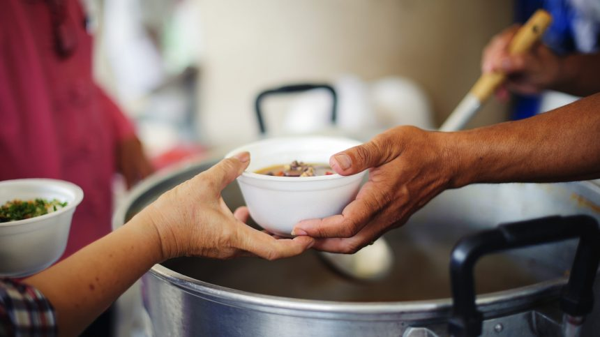 Des bénévoles servent des centaines de repas par jour au Square Cabot