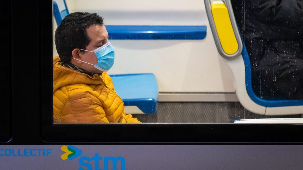 Un homme porte le masque dans le métro de Montréal.