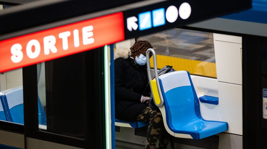 La STM appelée à distribuer des masques aux abords du métro
