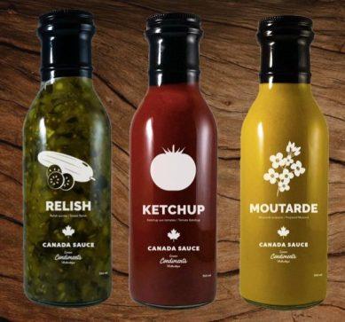 trois bouteilles de condiments