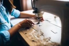 Des couturières produisent des milliers de masques pour les «anges gardiens»