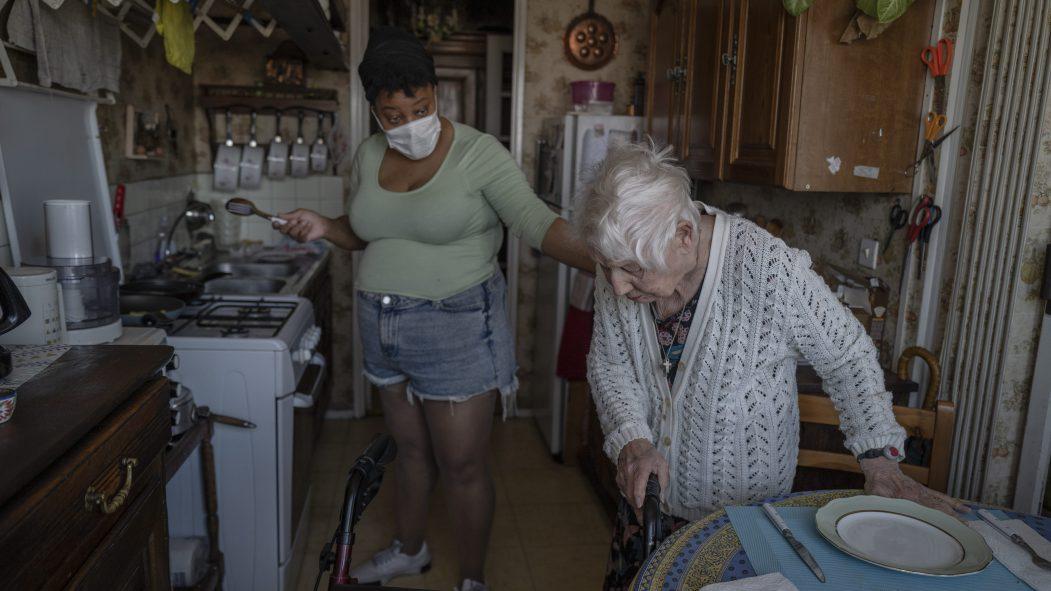 La France assouplit le confinement dans les établissements pour personnes âgées