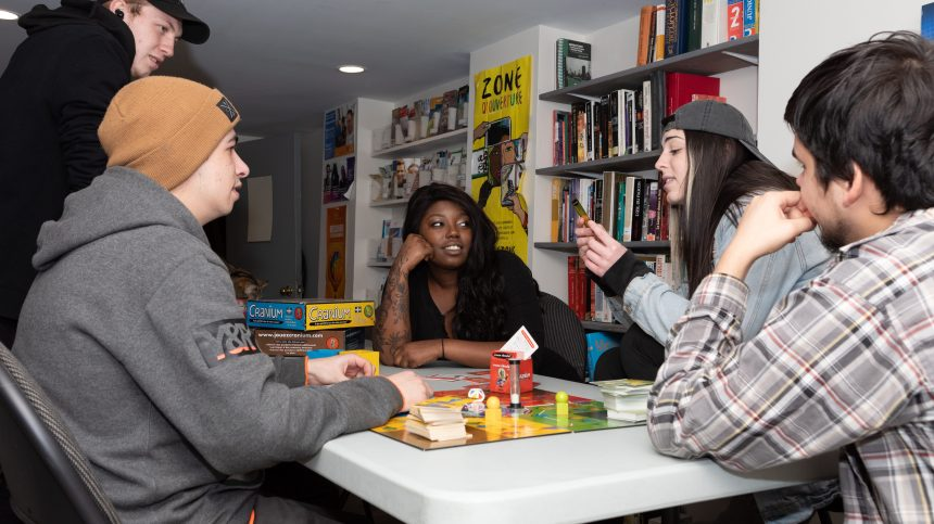 Des jeunes forcés de choisir entre la rue et l'abus à cause du coronavirus