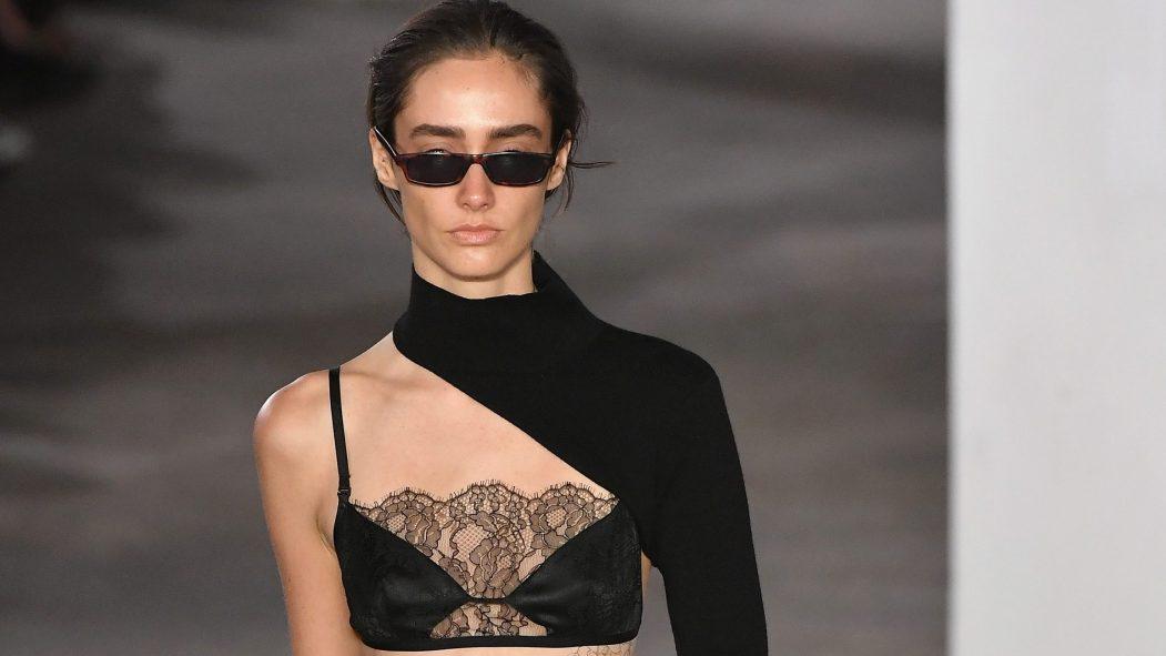 Femme portant de la lingerie et des lunettes de soleil