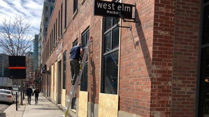 La boutique West Elm placardée