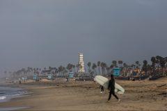 Sur la plage d'Huntington Beach, les surfeurs font de la résistance