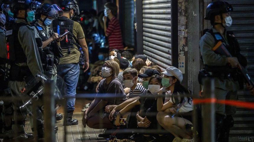 Hong Kong: des militants pro-démocratie manifestent sporadiquement