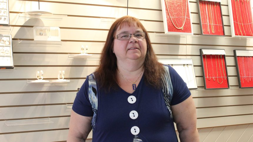 Une bijoutière dit au revoir à ses clients fidèles