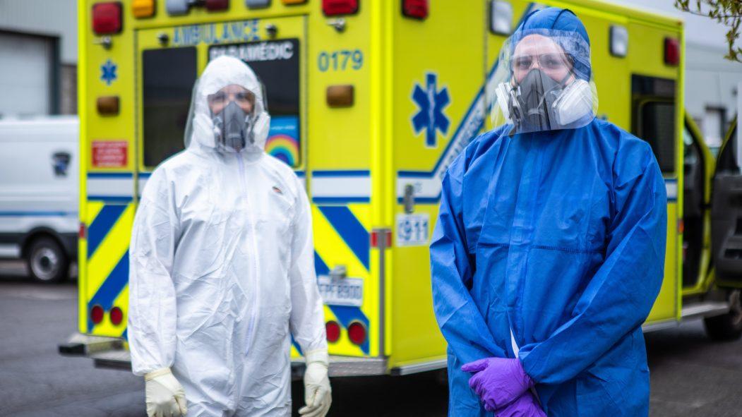 Urgences-santé devant leur ambulance.