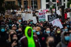 «Ça suffit!» : des milliers de manifestants contre le racisme et la violence policière