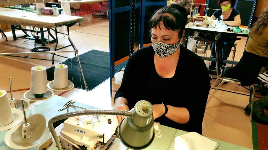 Un gymnase de Rosemont transformé en fabrique de masques artisanaux