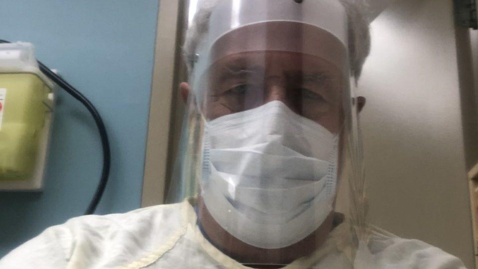 Le docteur Bruno L'Heureux, de Laval, porte du matériel de protection contre la COVID-19.