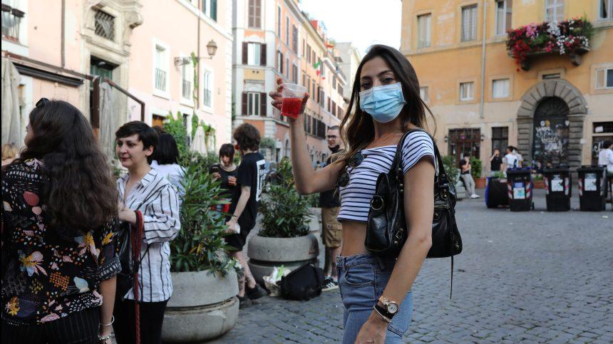 Déconfinement en Italie: Giuseppe Conte inquiet des retours en terrasse