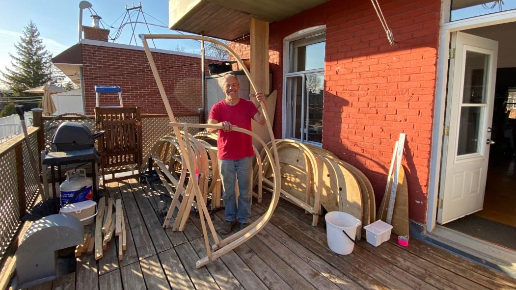 Les maisons du collectif des bâtisseurs, dont celle d'Yves Plante, se sont transformées en atelier de construction de voiles-aviron.