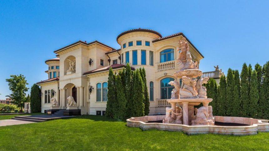 Villa grecque de 7,78 M$ à vendre dans le Nouveau Saint-Laurent