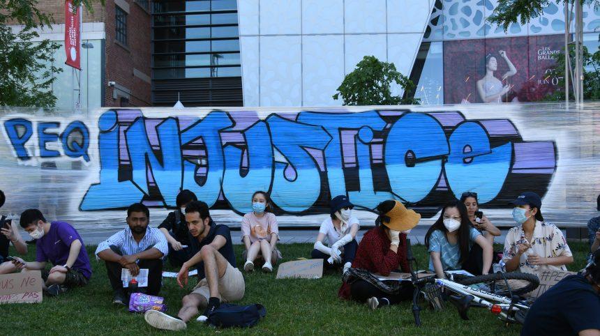 Une «performance artistique et militante» contre la réforme du PEQ à Montréal