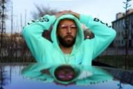 Le rappeur Eman met les mains sur sa tête
