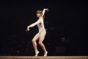 Nadia Comaneci sur une poutre lors des Jeux olympiques de Montréal en 1976