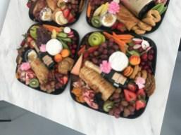 Des bols de nourriture du traiteur Prêt à Table.