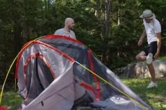 Martin Matte et Julien Lacroix essaient de monter leur tente de camping
