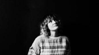 Portrait en noir et blanc d'Elizabeth Powell, chanteuse et guitariste du groupe Land of Talk, qui vient de sortir l'album Indistinct Conversations.