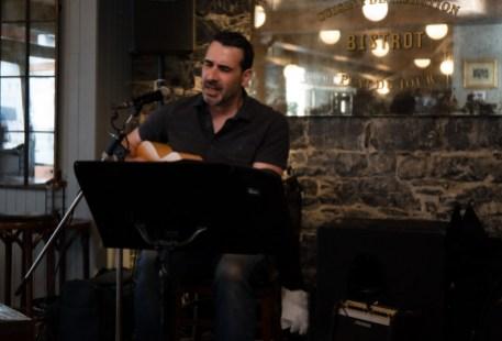 Chanteur avec sa guitare