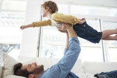 Par le jeu, les pères encouragent les enfants à se maîtriser