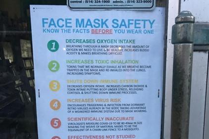 Des messages contre le port du masque devant un commerce de Montréal