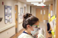 COVID-19: les nouveaux cas et les hospitalisations continuent de baisser au Québec