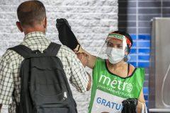 Coronavirus: des camelots distribuent des masques dans le métro