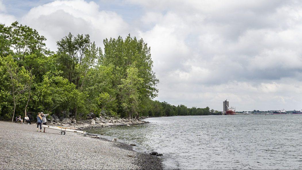 La vue du du fleuve à partir du parc Bellerive, en été.