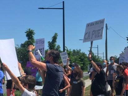 Les manifestants ont dénoncé les mauvaises odeurs qui se dégagent de l'usine.