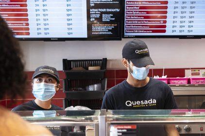 Port du masque à géométrie variable parmi les employés de restaurants