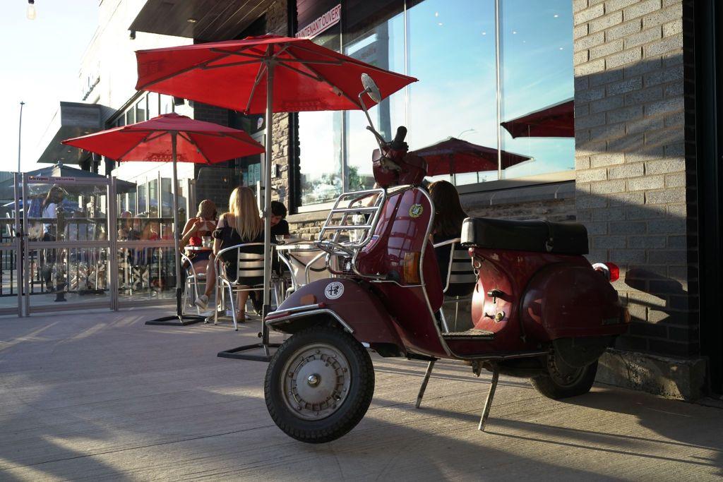Scooter sur une terrasse de restaurant