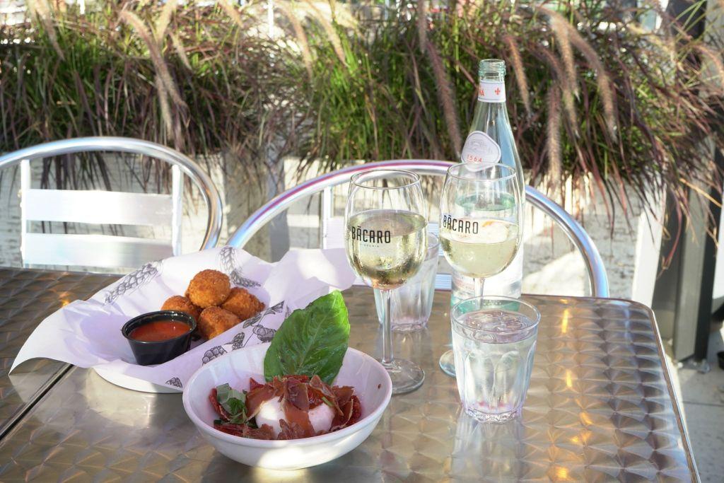 Table de restaurant avec des plats et des verres dessus