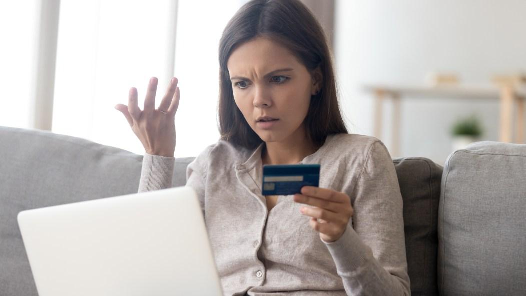 Une femme devant son ordinateur.