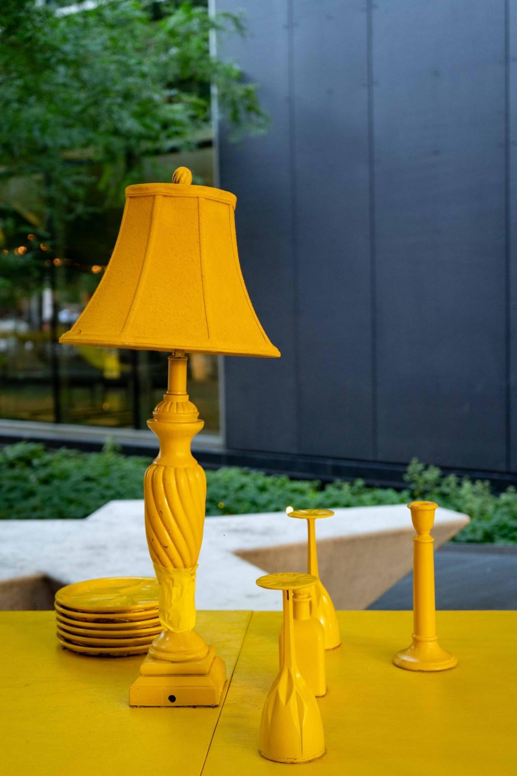 Lampe et autres objects peinturés en jaune