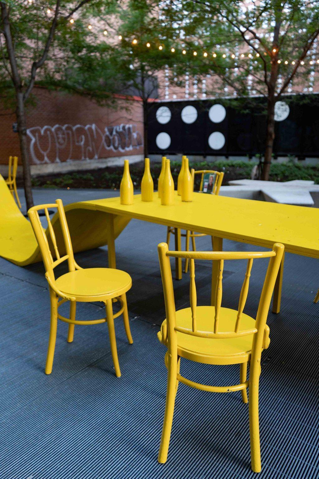 Deux chaises jaunes dans l'espace urbain Prenez place!