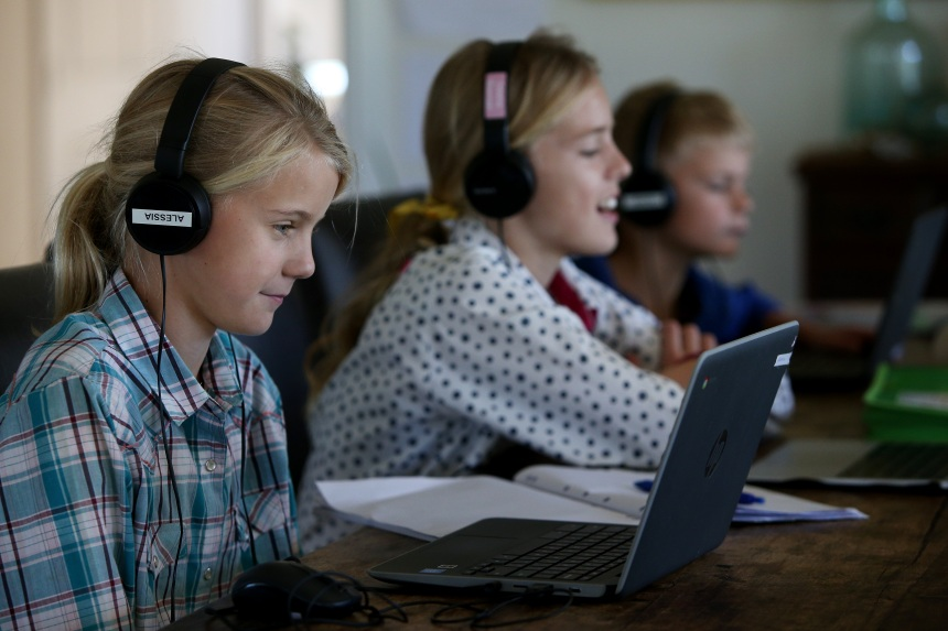 Deuxième vague: des réserves de «30 000 appareils électroniques» pour l'école à la maison