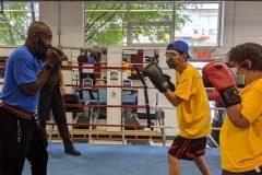 Des enfants aveugles découvrent la boxe avec l'entraîneur Ali Nestor