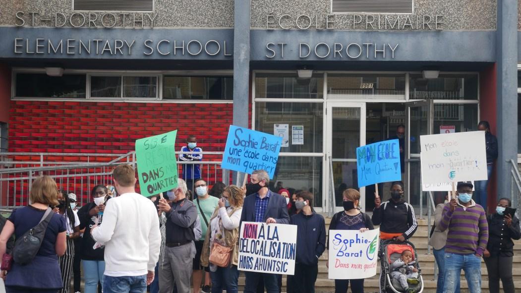 Parents d'élèves de Sophie-Barat manifestent