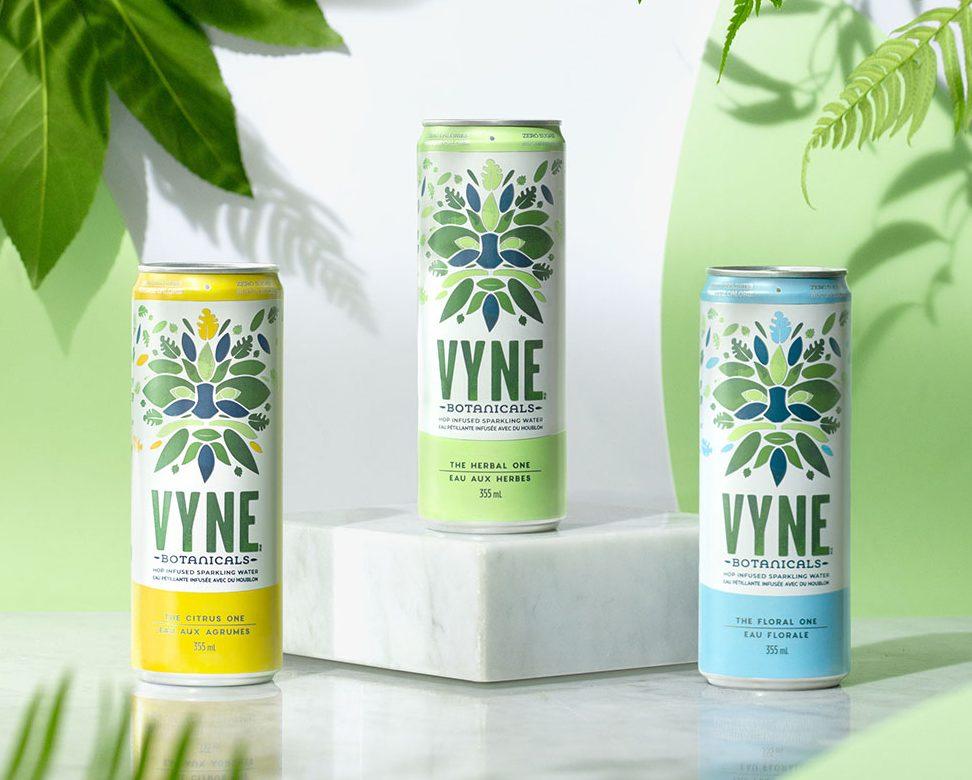 Trois cannettes d'eau gazeuse de marque Vyne