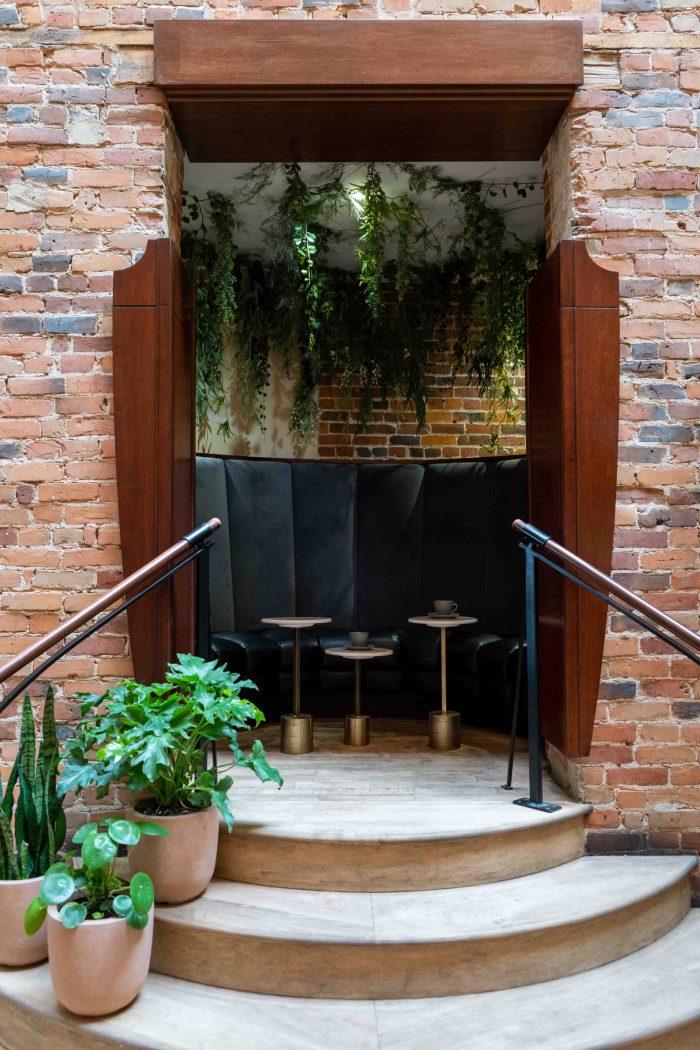 Alcôve avec banquette et table au restaurant Nelli Café
