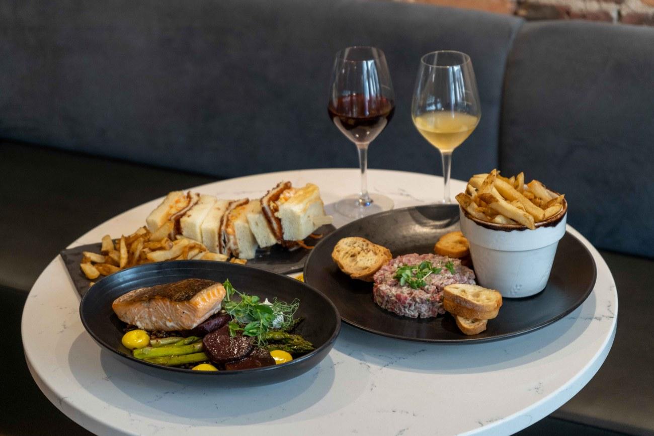 Plats de nourriture et verres de vin posés sur une table