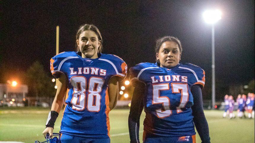 Deux filles jouent un premier match avec les Lions du North Shore